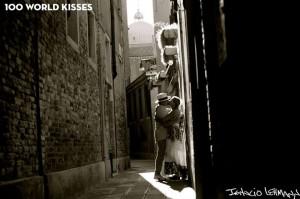 Lauren y Bernard, perdidos en un pasadizo de Venecia. Ph. Ignacio Lehmann