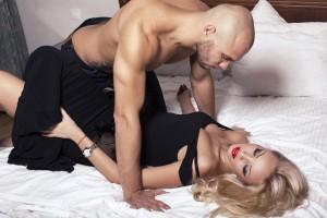 Las posturas en las que el hombre se encuentra sobre la mujer son beneficiosas porque la penetración es bien profunda. Ph Shutterstock
