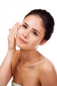 Recuerda siempre mantener tu piel hidratada, ya sea con una crema hidratante, bebiendo agua y comiendo frutas y verduras. Ph. Shutterstock