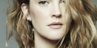El maquillaje bien natural es parte del encantador estilo relajado y casual de la actriz Drew Barrymore