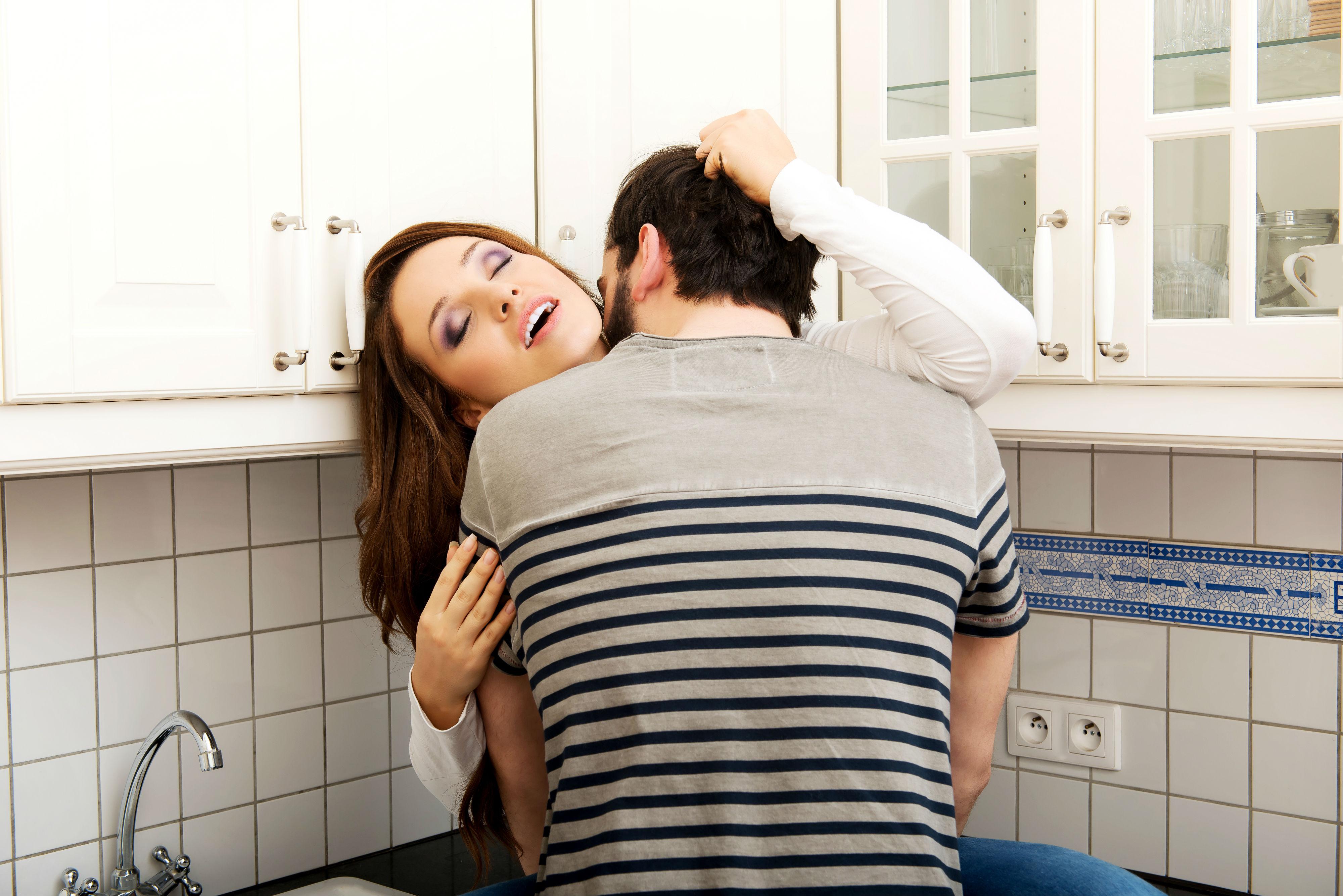 Секс на кухне в гостях, Порно на Кухне, смотреть видео Секс на Кухне 8 фотография