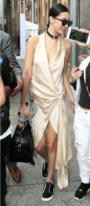 En cambio, Bella Hadid eligió uno de cuero para un look rocker. Ph. Pinterest