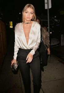 La modelo Gigi Hadid es una de las fans número uno de los chokers. Los combina con diferentes outfits y los lleva en todos sus estilos. Aquí optó por uno dorado para un look elegante. Ph. Pinterest.