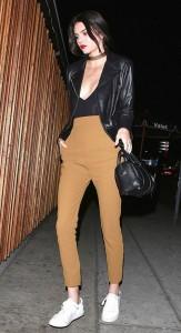 Kendall Jenner, la hermana modelo del clan Kardashian, optó por un choker de tela. ¡Súper sexy! Ph. Pinterest