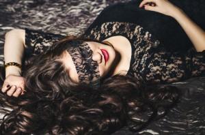 El sexo casual, la masturbación e incluso algún encuentro lésbico son algunas de las experiencias que pueden ayudarte a encontrarte en la cama.  Ph. Shutterstock